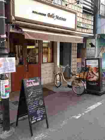 """新丸子駅の東口より徒歩約2分。「ベルマティネ」はフランス語で""""素晴らしい朝""""という意味だそう。こじんまりとした可愛らしいお店です。"""