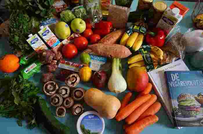 色とりどりの野菜たち。目にも鮮やかな野菜や果物のレシピは、栄養もたっぷり、ということなんですね。それでは野菜や果物を主に食べている、菜食主義者である「ヴィーガン」をお手本にしてみませんか?