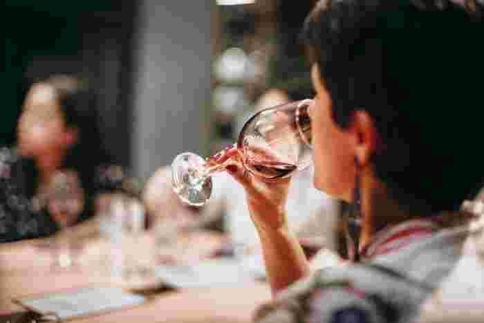 舌は部位によって感じ取る味覚が違います。例えば、舌先は甘味、舌の両脇は酸味、舌の付け根は苦味。それらのどの部分でワインをキャッチするかによって印象が変わってきます。 唇が当たるグラスのフチを「リム」というのですが、このリムの直径が広いと口に注ぎやすく、ワインが舌全体にゆっくりと広がります。そのため、バランスよく味を捉えることができます。逆にリムが狭まっていると、口に注ぎにくくなるため顔を傾けなければなりません。そうすると口へと注がれるスピードは増し、ワインは舌の奥側でより苦味や酸味を捉えます。 グラスの飲み口が広いか狭いかで、口に流れる速さや量、そして強く感じる味覚が変わってくるんですね。