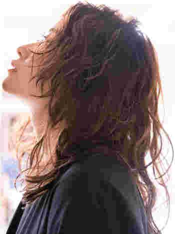 スライドカットを入れて動きを出したフレンチウェーブ。外国人風のこなれ感ある表情を演出したい方や、個性派さんにおすすめのヘアスタイルです。甘すぎず、だからと言ってハンサムすぎない、絶妙なバランスが魅力。細かい毛束感をを強調したいときは、バームを使ってセットして。