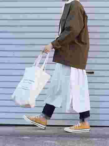 無印のメンズノーカラーシャツをミリタリージャケット風に羽織った、ボーイッシュなミックスコーデ。白のシャツワンピにジーンズのレイヤードで、甘くなりすぎない、程よいボーイッシュ感があります。