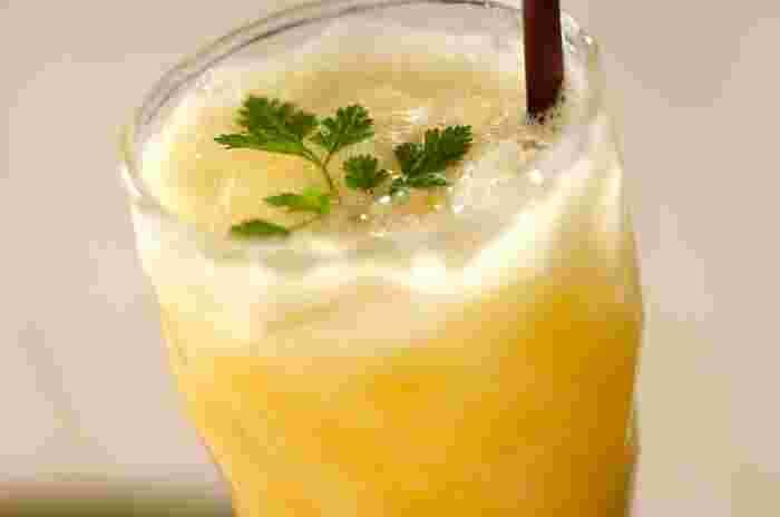 オレンジジュースとパイナップルをミキサーにかけ、ジンジャーエールを注いで作るノンアルコールカクテルです。 味わいはビールにも似ているそう。お酒が苦手な方でも、これなら美味しく楽しめますね。