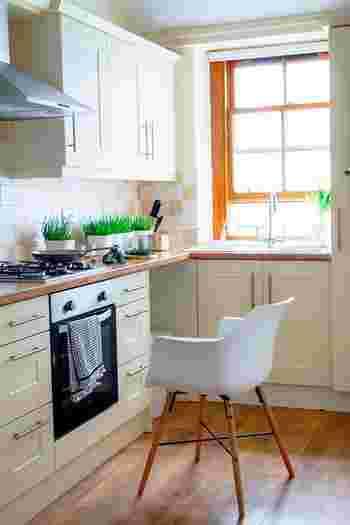 キッチンに欠かせない便利な収納空間として、新築でもリフォームでも大人気の「パントリー」。 キッチン周りの様々なものを整理できるので、住宅に取り入れる方が年々増えているそうです。 今回はそんな「パントリー」を、機能的でおしゃれな空間にする素敵な収納テクニック&DIY術をご紹介します。