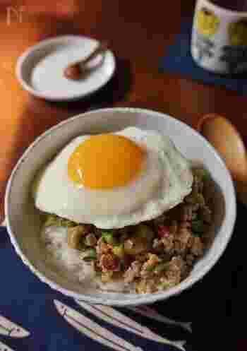 ナス&ピーマンを鶏ひき肉と一緒にピリ辛に炒め、目玉焼きをのせて。黄身を崩しながら食べると味もマイルドになり、野菜もお肉もバランスよく食べられる丼です。