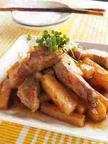 厚切りの豚ロースとシャキッと感を少し残した長芋を、黒酢をきかせた甘辛タレで絡めながら炒めたこちらもごはんがすすむ一品です。豚肉も長芋も細切りにしているので、タレに絡まりやすく食べやすいのがポイント。