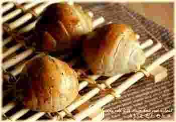 フレンチ、イタリアンなどどんな料理にも合うクリームチーズと胡桃のバターロール。チーズの風味、ごまと胡桃の香ばしさがくせになります。