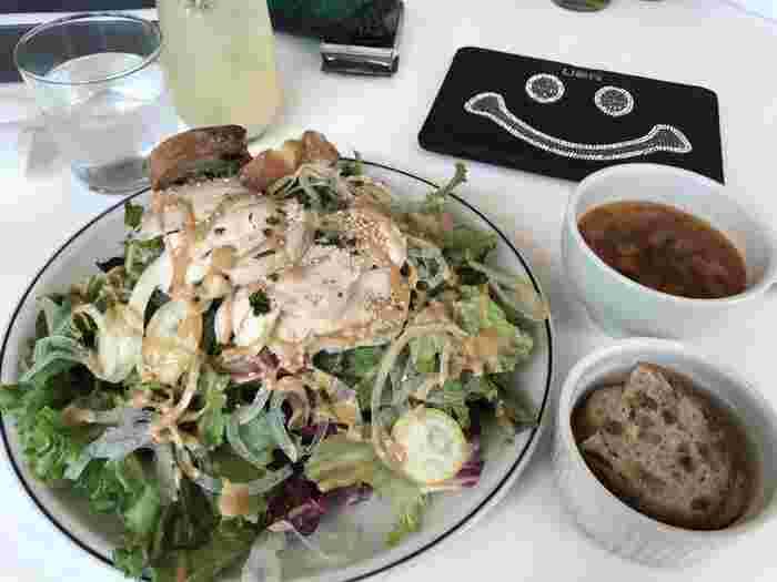 ダイエット中の人にもおすすめのサラダ+スープランチ。サラダは+100円で大盛りにすれば画像のようなはみ出そうなボリュームに。