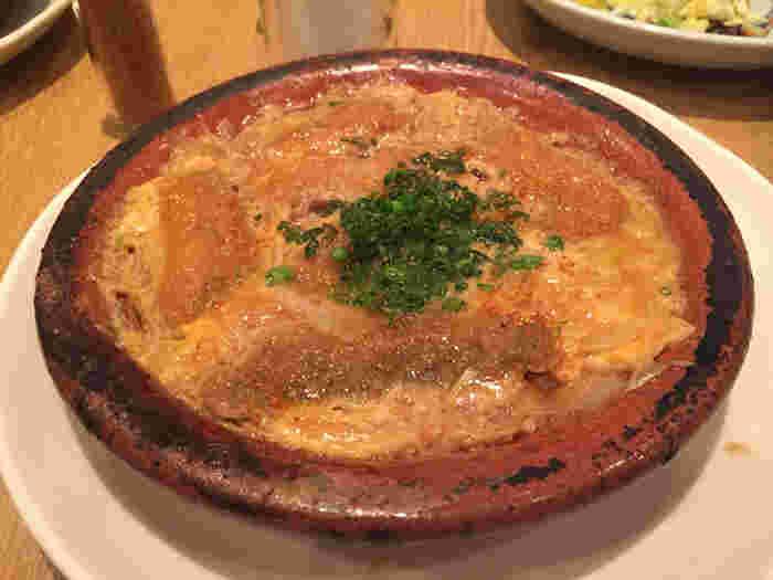 こちらは柳川鍋定食。柳川定食の中で一番人気の名物メニューになります。ぐつぐつと煮えた鍋の中の、イワシとふんわり卵が和食のお出しと絡まります。一度食べたら忘れられない、上品な味わいを是非堪能してください。