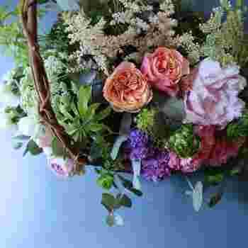 さまざまな色や形の花をふんだんに使った[L]サイズ。色のトーンを抑えることで派手になりすぎず、センスよくまとまっています。