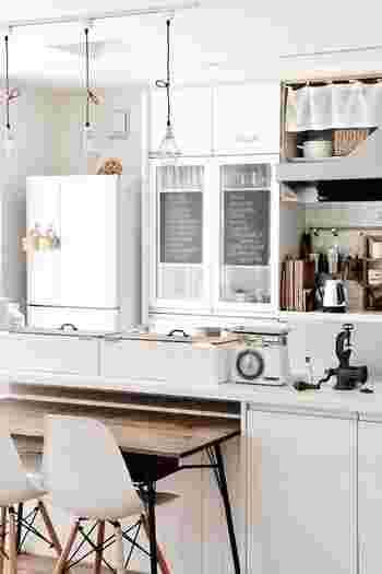 """普段よそのお宅にお邪魔しても、冷蔵庫の中だけは、なかなか見る機会がないですよね? でも、お昼のテレビ番組では必ずと言っていいほど""""冷蔵庫チェック""""がありますし、最近は雑誌などで冷蔵庫の収納術が特集されることが多くなりました。 きっと皆さんの中にも、「ほかのお家では、どのように冷蔵庫を使っているの?」と気になっている方も多いのではないでしょうか?"""