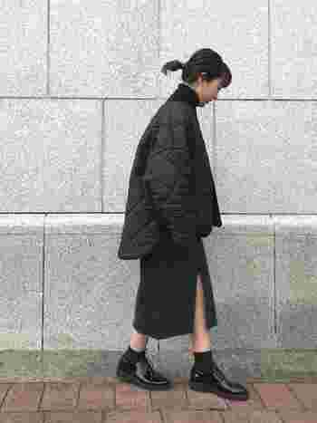 夏が過ぎて秋冬もブラックコーデを楽しみたい。少しずつシフトしていく中で活躍するのがブラックデニムのタイトスカート。フロントにスリットが入っていれば適度に肌見せができて抜け感も◎コートは重くなりすぎない薄手のミドル丈のキルティングコートなら、秋や春先などロングシーズン活躍します。