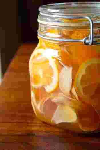 一晩でスライスした生姜から水分が出て、ひらひらになりますが、1週間ほど漬け込んだあとドリンクとして割っていただきます。炭酸水で割るのも爽やかでおすすめです。