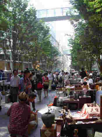 日本最大級の骨董市「大江戸骨董市」。東京国際フォーラムと代々木公園で開催されています。大江戸骨董市は、江戸開府400年を記念して2003年から毎年開催され、大勢の人で賑わい大人気となっています。