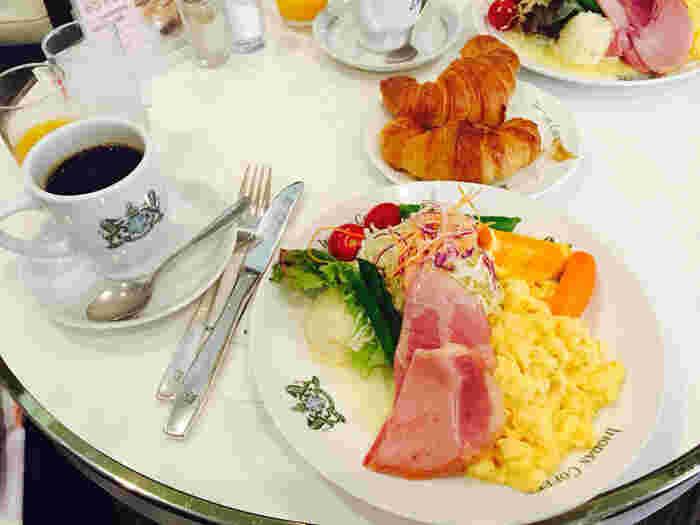 旅行者には、ホテルの朝食をキャンセルしてまで食べに来る人がたくさんいるという「京の朝食」が人気です。内容は、ジュース/サラダ/タマゴ/ハム/パン/コーヒーまたは紅茶。 朝食セットは7時の開店から11時まで。ホテルのありきたりの朝食よりも、少し早起きして、観光の前にゆったりとイノダでモーニングはいかがですか。