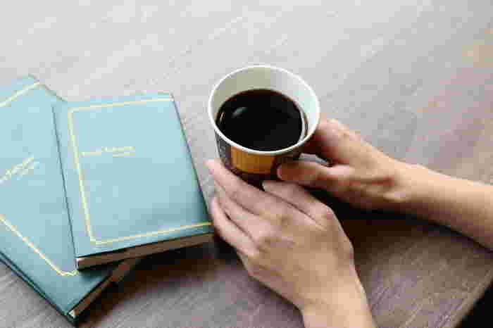 コーヒーでほっと一息つきながら、本の世界を堪能してくださいね。カフェスペース内の本は、自由に手に取って読んでOKです。