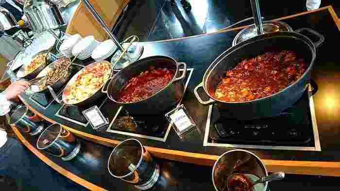 洋食がメインのビュッフェは、どれもおいしいと評判。作りたてにこだわるプロの味を堪能できます。