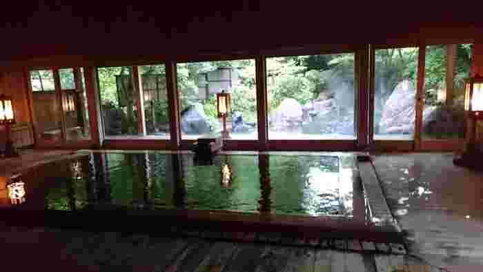 長寿館の名物は温泉です。「法師の湯」と「玉城の湯」、「長寿の湯」の3つの湯があり、それぞれ違った温泉を楽しむことができます。中でも「法師の湯」は、平安時代に活躍した僧侶・弘法大師(こうぼうだいし)が発見したことでも有名な温泉。浴槽の下から天然の温泉が湧き出ているので、温泉に含まれる成分を余すことなく体に取り入れることができるそうです。各湯の外には美しい庭が広がり、温泉の温かさと自然を両方堪能できます。
