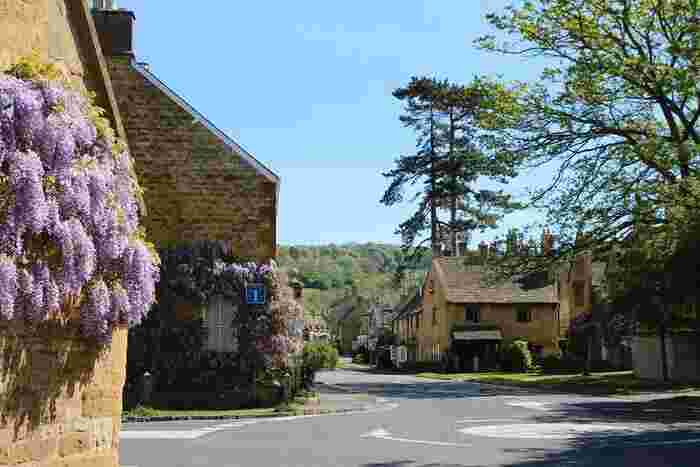 はちみつ色をした可愛らしい家、家の窓を飾る美しい花々、遠くに見える緑の丘陵地帯が見事に融和し、ブロードウェイでの景色は絵画のような素晴らしさです。