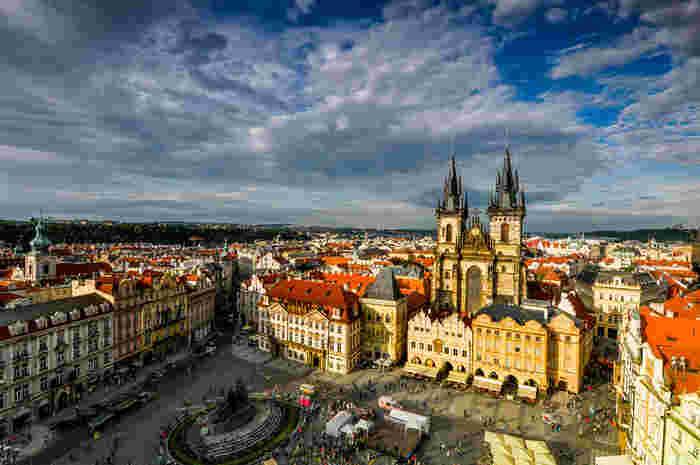 プラハは、数々の煌びやかな歴史を歩んできた栄光から「黄金のプラハ」と、歴史地区に数多く残る教会の尖塔の多さから「百塔のプラハ」とも呼ばれています。