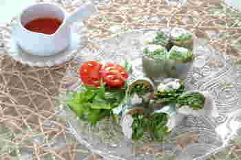 たっぷりの水菜と大葉がアクセントになった、ささみの生春巻き。淡白なささみには、香味の強い野菜を一緒に巻くと相性抜群。