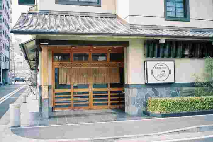西洋の肉食文化をいち早く取り入れたのが、日の出町にある「太田なわのれん」です。牛肉の串焼きから始まった、1868年(明治元年)の老舗。入口には、縄のれんが下がっています。