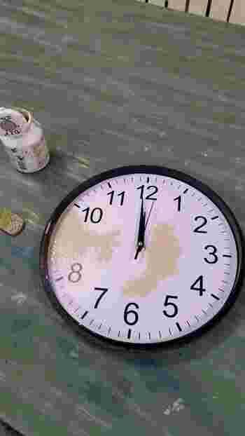 ターナーミルクペイントのヘンプベージュをスポンジに付け、優しくたたくようにしながら時計の文字盤に色を付けます。針や秒針に着かないようにマスキングテープなどを貼っておくと◎。枠は、ターナーのインクブラックとビンテージワイン、粘土絵具アンティークゴールドの3色を使用してアンティーク感を演出します。
