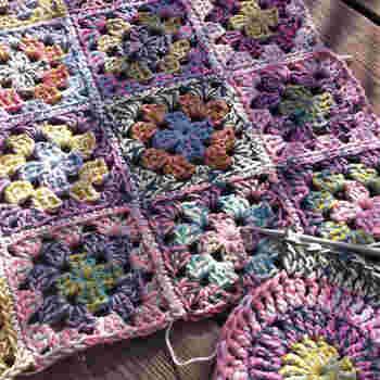 マーブルカラーの毛糸は、自然な編み模様が楽しめるのがいいところ。どんなできあがりになるのかワクワクします。