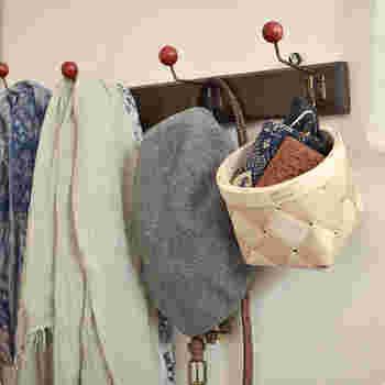 夏は帽子や日傘など、冬は手袋やマフラーなど、お出かけ前に身につける小物を収納するのにも便利です。