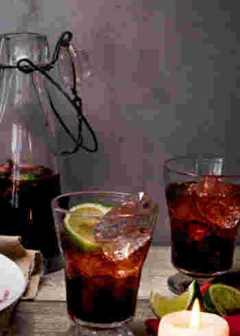 ラム酒をベースにライムやミントを添えたモヒートは爽やかな印象ですが、血のような濃い色のグレープジュースで作ると妖しい雰囲気に。