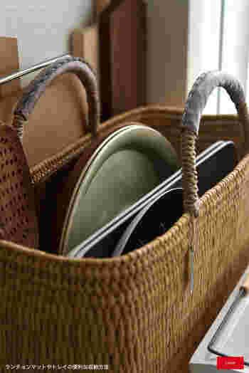 毎日の食卓で使うランチョンマットやトレーは、大き目のかごにざっくり収納!バッグタイプなので、立てたままで大雑把に収納しても、スッキリと受け止めてくれます。