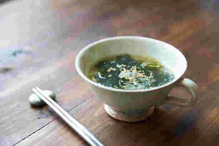 飽きのこないシンプルなわかめスープは、手順を覚えて定番にしてしまいましょう。食欲の無い朝も、ごま油の香ばしい匂いに誘われてお腹も空いてきそうです。わかめはビタミンやミネラルが豊富で腹持ちが良いのも◎