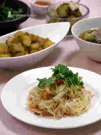 「ビーフン」とは、うるち米でつくった麺のこと。ベトナムやタイなどでも、ポピュラーな材料として浸透しています。クセがない食材なので、調理法も実にさまざま。長期保存できるのも嬉しいですね◎ こちらのレシピは、乾燥の桜エビやきりいかのダシを効かせたエスニック風ビーフン。ナンプラーにハチミツを加えて、まろやかに仕上げています。