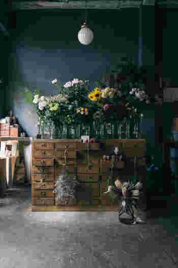 カフェや雑貨店、ギャラリーが一体となった「from afar 倉庫 01」の一角にあるお花屋さん。珍しい種類の花やドライフラワー、花道具なども扱っています。