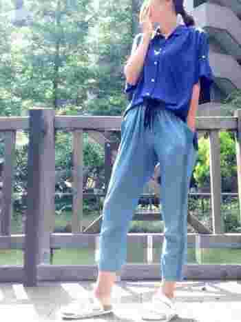 てろんとした素材のシャツでリラックスコーデに。全体がブルーでまとまっていて夏らしいですね。