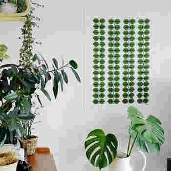 スティグ・リンドベリのスタンダードな図案「ベルザ柄」のキッチンクロスをタペストリーとして壁に飾って。周りのグリーンと同化して癒しの空間が生まれています。