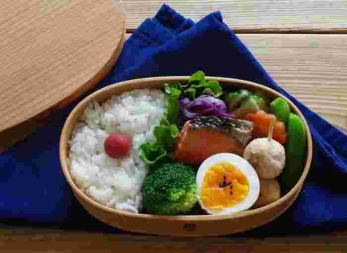 主菜は鮭。つくね・ゆで卵・蒸し野菜・紫キャベツの酢の物・浅漬けと、白・黒+赤・黄・緑、5色の条件を満たしたお弁当。美しい彩りに食欲UP(^-^)