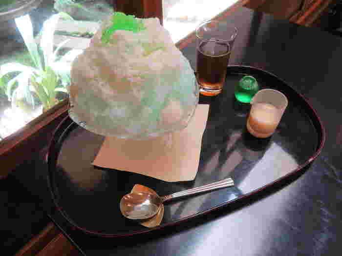 栖園(せいえん)のかき氷は種類が豊富。中でも、夏らしさ満点の「ミルクミント」がおすすめです。爽やかで大人な味わいが口いっぱいに広がります。淡いグリーンで見た目にも涼しい一品。