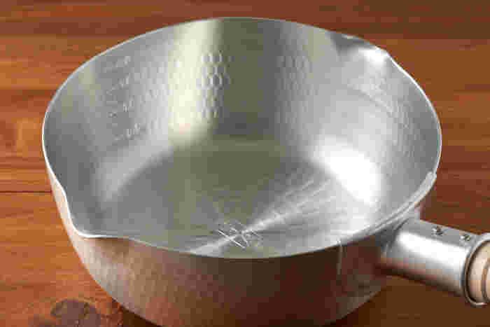 表面が凸凹になっているのが雪平鍋の大きな特徴です。平らな面よりも表面積が広いので熱が伝わりやすく、保温力にも優れています。