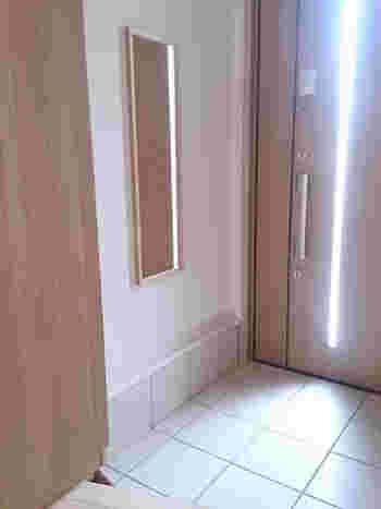 玄関は、お出かけするとき最後に通る場所。  鏡があれば、身だしなみの最終チェックができるので便利です。無印良品の「壁に付けられる家具」シリーズのミラーを壁面に設置。ナチュラルな雰囲気の鏡なので、実用とインテリア性アップが同時に叶います。