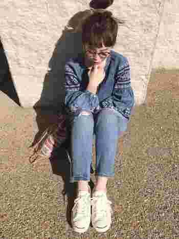 ボヘミアンな雰囲気の刺繍入りデニムシャツに、色のトーンを合わせたジーンズ。計算していないようで、すごく計算しているおしゃれ上級者のスタイル。