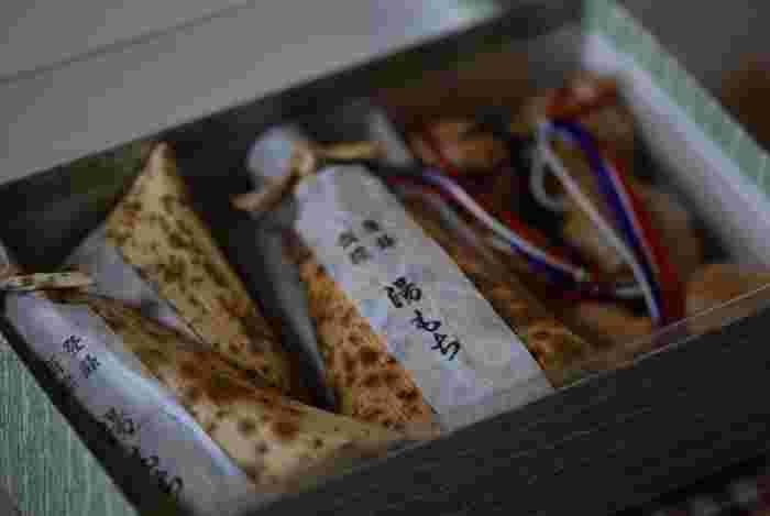 ◆今記事の目次◆  1.箱根の玄関口「箱根湯本駅」界隈 1-1.ほっとする味わい。箱根湯本の甘いお土産。 ①菊川商店『箱根カステラ焼きまんじゅう』 ②丸嶋本店『元祖温泉まんじゅう』 ③まんじゅう屋菜の花『月のうさぎ』 ④湯もち本舗 ちもと『湯もち』  1-2.箱根湯本の美味しいお土産 梅干し&練り物 ⑤村上二郎商店『味ぴったり』&『梅太子』 ⑥藤屋商店『天然塩うす塩梅干し』 ⑦竹いち『すりみだんご』  2.ゆったり散策しながら。宮ノ下・彫刻の森のお土産。 ⑧渡邊ベーカリー『梅干あんぱん』 ⑨PICOT本店 『食パン』&『アップルパイ』  3.箱根の中心「強羅」の美味しいお土産 ⑪花詩『名物大文字まんじゅう』 ⑫石川菓子舗『箱根強羅もち』 ⑬笹屋 強羅店『穴子ちまき』 ⑭銀かつ工房『銀かつサンド』  4.箱根の大自然を満喫。仙石原・大涌谷の美味しいお土産。 ⑮松月堂菓子舗『公時山まんじゅう』 ⑯はこねずし『穴子寿司』&『さばの押し寿司』 ⑰玉子茶屋&くろたまSHOP、他『大涌谷名物黒たまご』  5.元箱根の名物を旅のみやげに。 ⑱権現からめもち『権現からめもち』 ⑲廣志屋 『五郎稚児まんじゅう』  6.旧街道を歩くなら、名物の「甘酒」を手土産に。 ⑳甘酒茶屋の『甘酒の素』  旅のおわりに