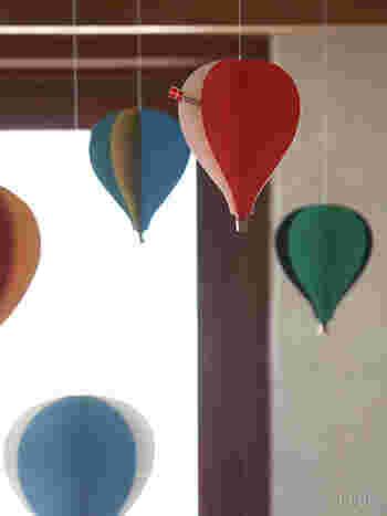 お部屋をふわふわ カラフルな気球のモビール。 フレンステッド社を代表する人気作です。