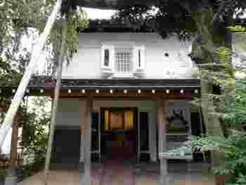 こちらは隣にある蔵です。 中では狭山丘陵や基金の活動をテーマにした展示が常設されています。