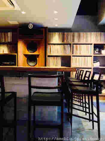 店内に入って、まず目を引くのは、ハンドメイドの大型スピーカー。60年代~70年代のヴィンテージなロックをメインに、ソウル、ジャズなどアナログレコードのコレクションをBGMに、ゆったりと過ごす至福の時間。