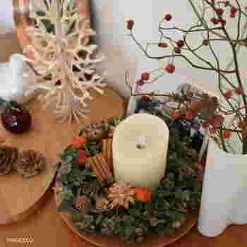 クリスマスリースは、壁に掛ける以外にもいろんなアレンジを楽しむことが出来ます。キャンドルの周りを囲むようにリースをセットするだけで、クリスマス感いっぱいのキャンドルホルダーに。