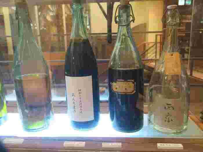 古いポスターや当時販売されていた酒瓶を見ることもできます。多くの古酒が並んでいますが、100年以上前の酒瓶は未開封でありながらさすがに中身は空っぽ!