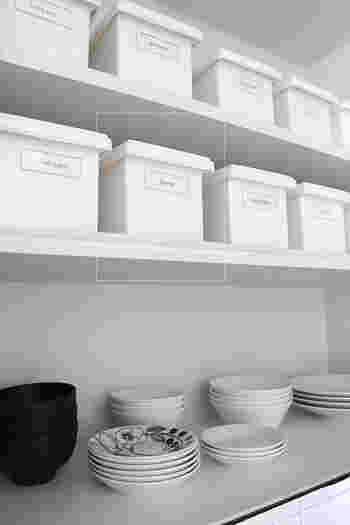 瓶や容器を移し替えるのが面倒な場合、統一したカゴやボックスに収納してしまいましょう。 上も下も収納スペースはたっぷりあるので、ボックス同士の隙間をあけて並べています。美しく見えますね。
