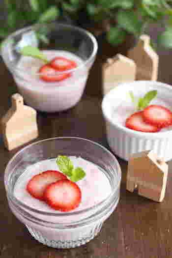 わずか3粒の苺や、小鍋ひとつでできるお手軽&簡単なスイーツ。使い捨てのカップを使うのも、後片付けがなくて便利ですね。