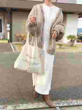 木製ボタンや手編みのような素朴な風合いが活かされたナチュラルなコーディネート。きちんと見えするスクエアトゥのブーツを合わせることで柔らかさや可愛らしさの中にも大人っぽさをひとさじ。