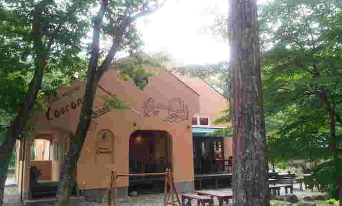 森や林に囲まれた可愛らしいパン屋さんです。壁面に描かれたイラストもおしゃれですね。テラス席が多く置かれているため、お天気の良い日は木々に囲まれながら焼きたての美味しいパンやコーヒーをいただけますよ。